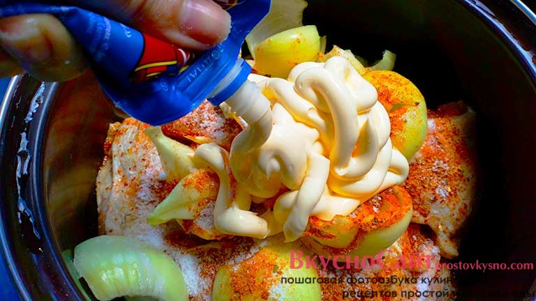 добавляю последний ингредиент в маринад – майонез