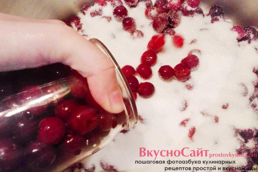 в большую кастрюлю перекладываю вишни, пересыпая их слоями сахара