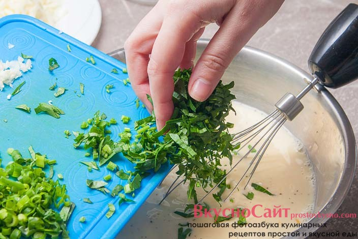 добавляю в молочную массу, мелко нашинкованную зелень петрушки