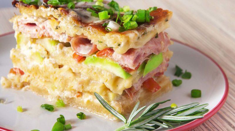 Макаронная запеканка с ветчиной, сыром и кабачками