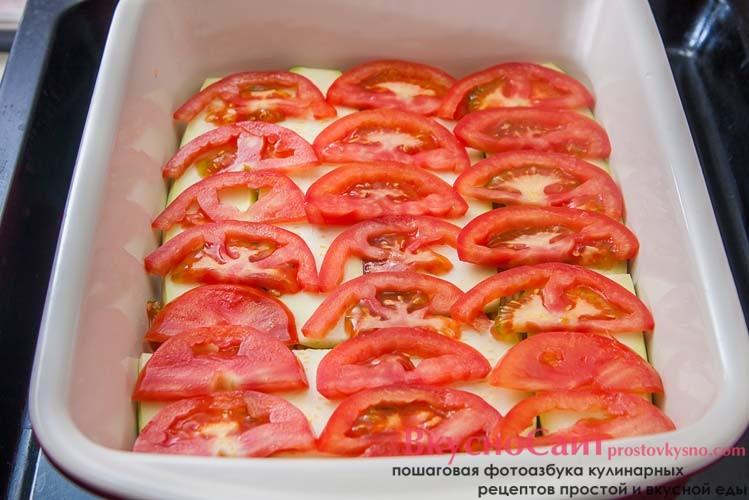 сверху на кабачки выкладываю помидоры