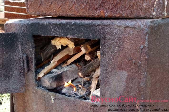 после того, как тушка уже загружена в коптильную камеру развожу огонь и готовлю на интенсивном огне в течение 80-100 минут