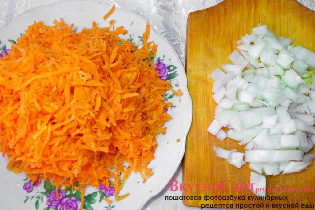 лук мелко шинкую, а морковь тру на крупной терке