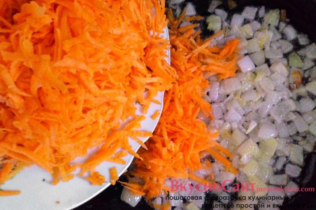 когда лук немного подрумянится добавляю в сковороду морковь
