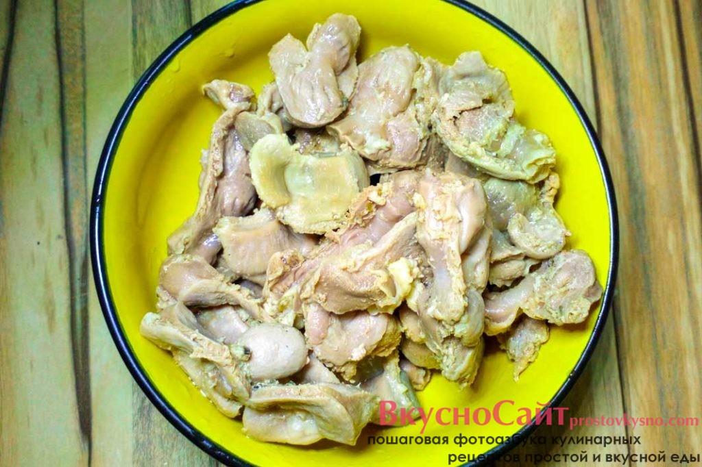 готовые куриные желудки я достаю из кастрюли и остужаю их