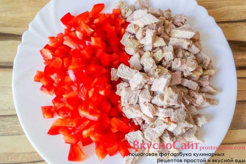 красный перец и готовое варенное мясо измельчаю, как и остальные продукты кубиком, а затем кладу к остальным ингредиентам