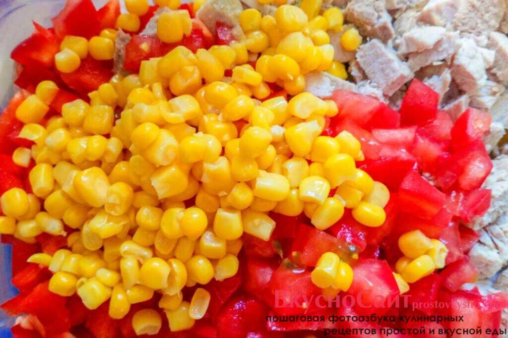 кукурузу промываю под проточной водой и пересыпаю в салатник к салату