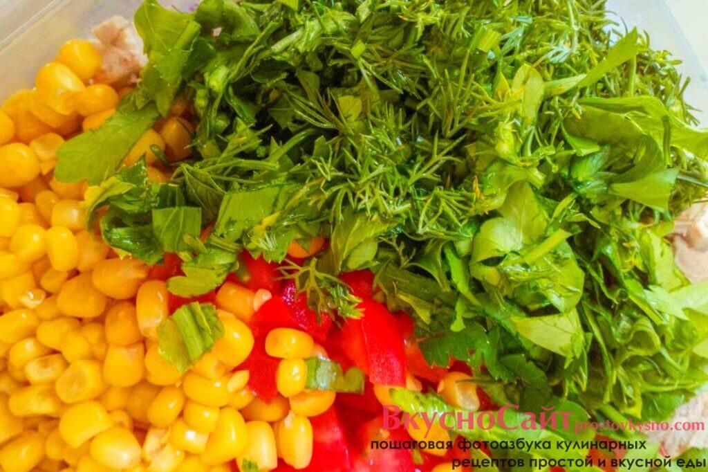 зелень и лук мелко шинкую и добавляю в салат