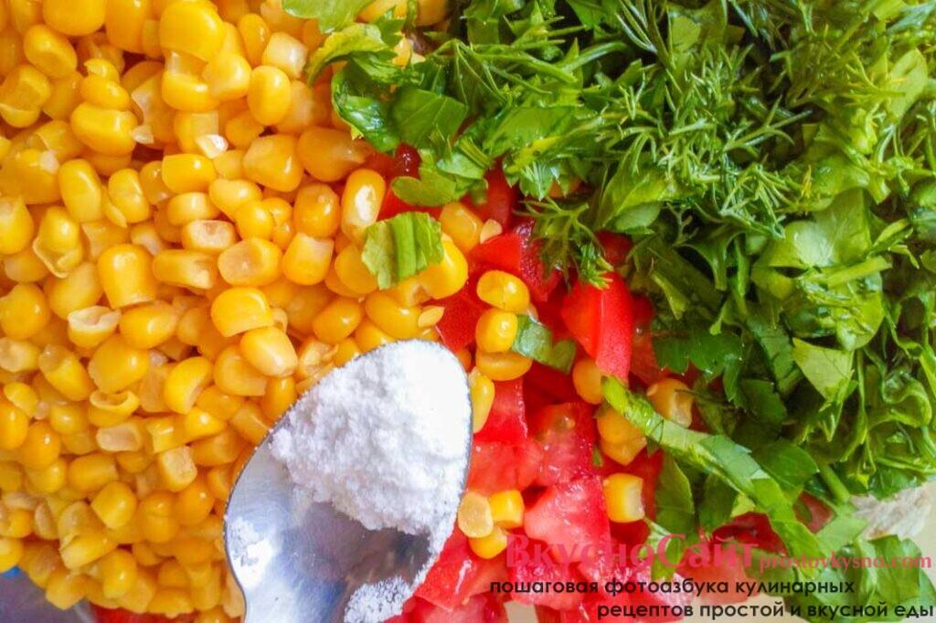 салат солю по вкусу и заправляю рафинированным подсолнечным маслом