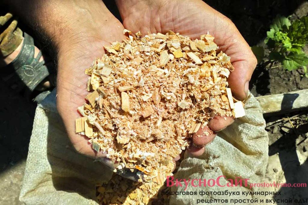 коптить мясо необходимо на щепках из фруктовых деревьев