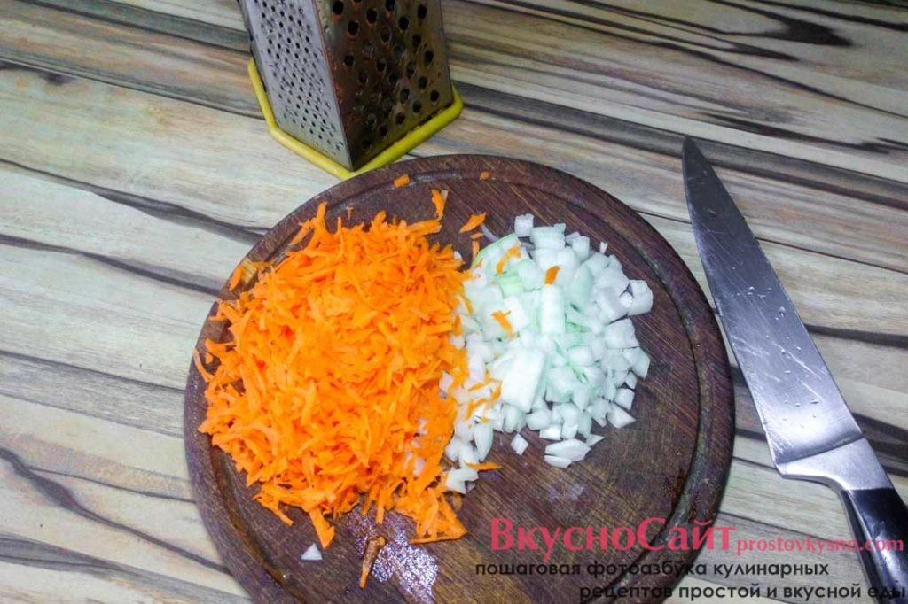 лук и морковь чищу, лук нарезаю кубиком, а морковь тру на крупной терке