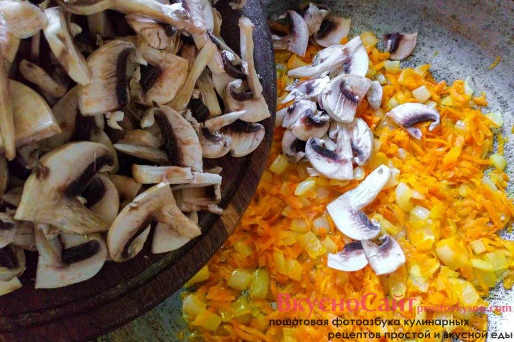 когда лук станет прозрачным добавляю грибы в пассеровку
