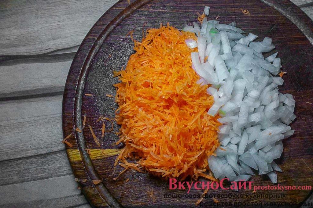 репчатый лук мелко шинкую кубиком, а морковь натираю на мелкой терке