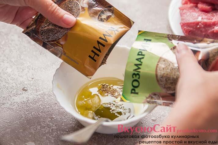 добавляю в будущий соус тмин и розмарин