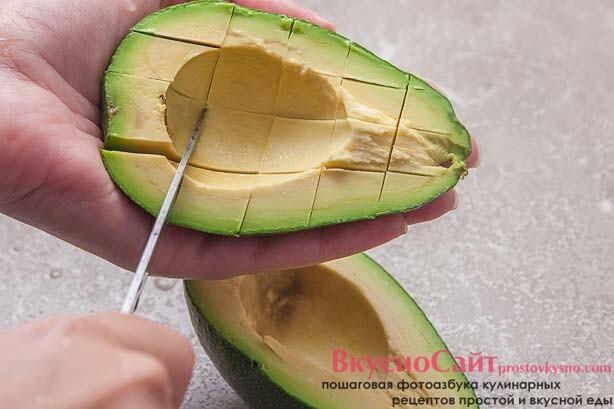 нарезаю авокадо кусочками прямо внутри кожуры
