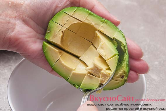 при помощи ложки достаю мякоть авокадо из кожуры в салатник