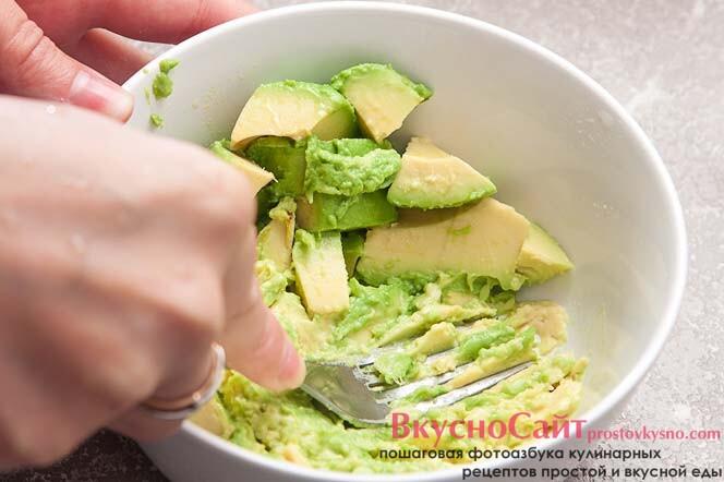 вилкой разминаю авокадо в пюре
