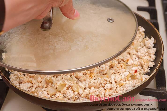 накрываю сковороду крышкой и тушу мясо до готовности