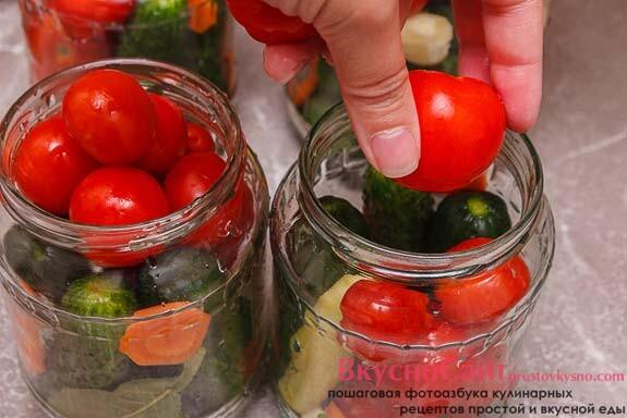 заполняю банки помидорами черри и добавляю в каждую банку по 5-6 горошин черного перца