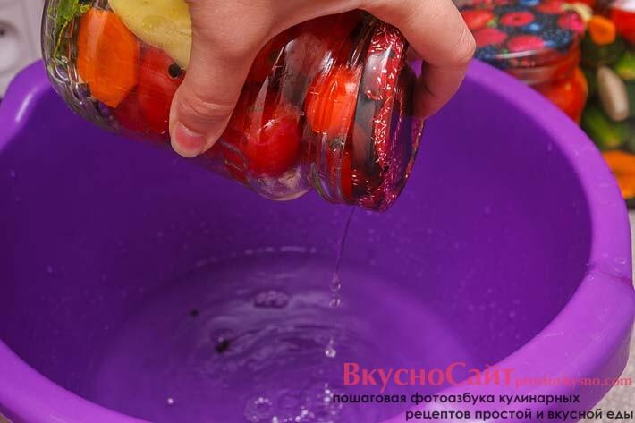 сливаю воду из банок