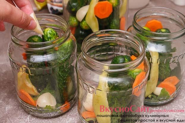 в след за огурцами добавляю в банки кружочки моркови, кусочки сладкого перца, по 2-3 кусочка чеснока и по несколько кусочков корня хрена