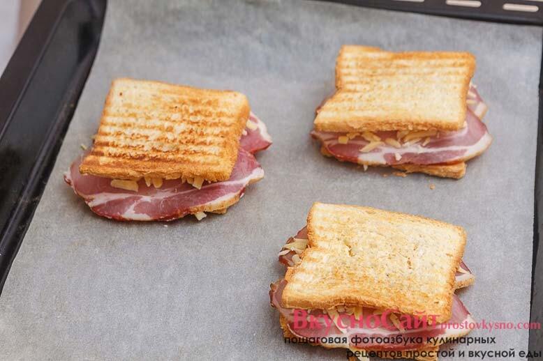 перекладываю сэндвичи на противень, застеленный пекарской бумагой