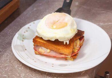 достаю сэндвичи из духовки и кладу сверху на них яичницу
