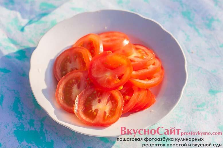 помидоры мою и нарезаю тонкими кольцами
