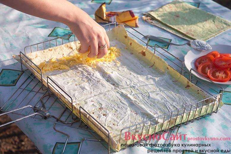 сверху по майонезу распределяю тертый сыр