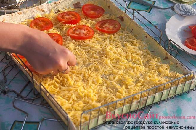 на сыр выкладываю кружочки помидоров