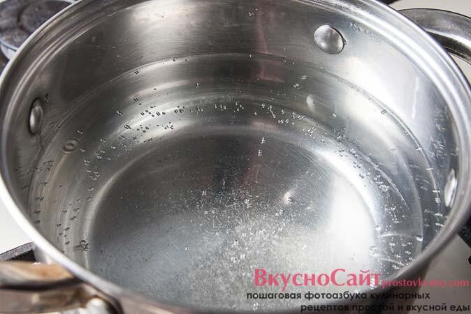 в кастрюле довожу до кипения 5–6 стаканов подсоленной воды