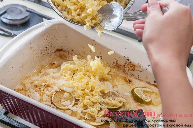 готовую курицу достаю из жаровни и добавляю в жаровню макароны