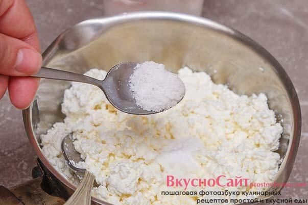 добавляю в творог соль и ставлю на огонь кастрюлю с водой для паровой бани