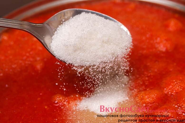 когда сок закипит снимаю с него пену и добавляю соль и сахар