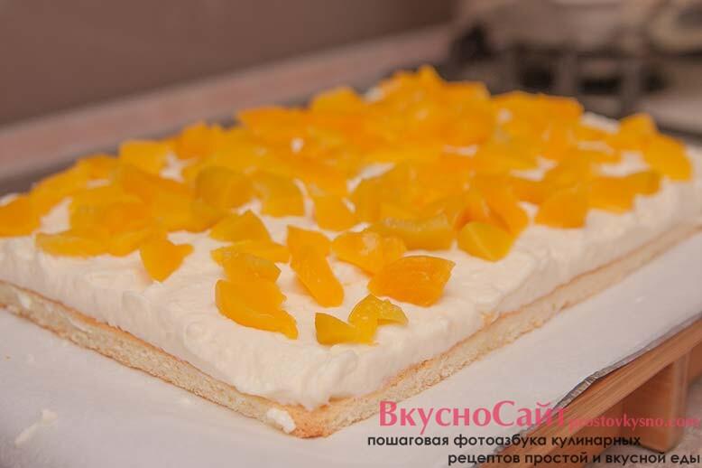 чтобы тортик был с более насыщенным вкусом добавляю в него кусочки консервированного персика