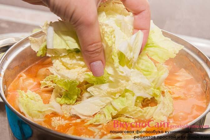 В суп с пельменями добавляю листья капусты