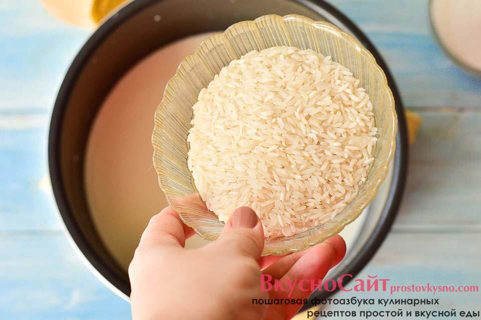 молоко выливаю в чашу мультиварки и добавляю в него рис