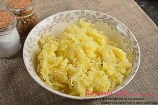 очищенный картофель натираю на крупной терке