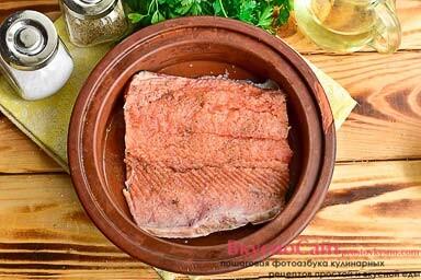 форму смазываю маслом, кладу в нее горбушу добавляю соль и специи