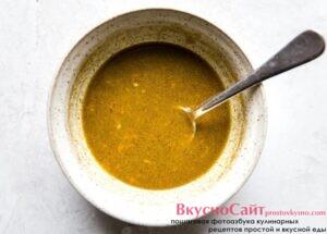 в миске соединяю апельсиновый сок, оливковое масло, тмин и соль