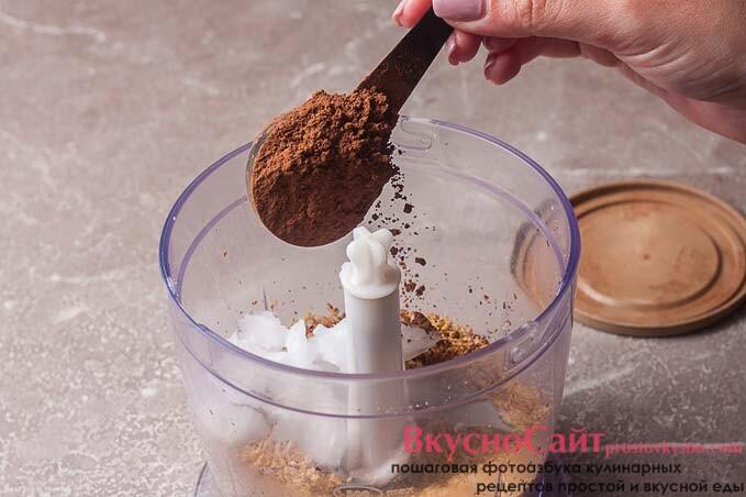 вслед за маслом добавляю какао-порошок