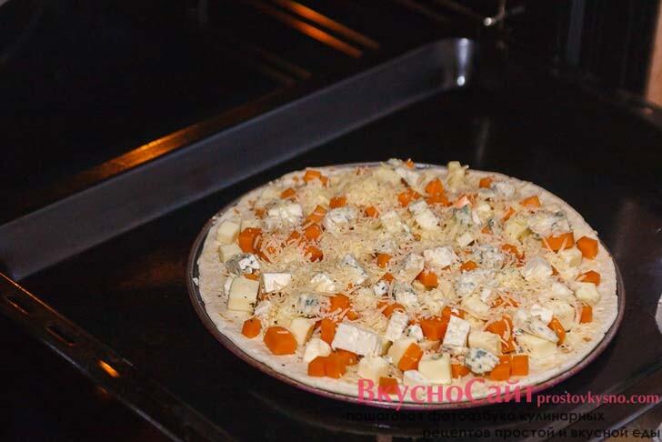 пиццу ставлю в разогретую до 200 градусов духовку на 10-15 минут