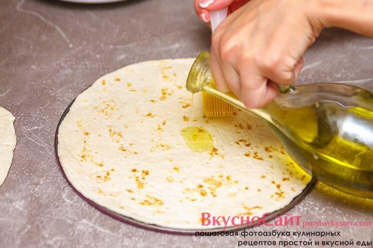 основу для пиццы смазываю небольшим количеством оливкового масла