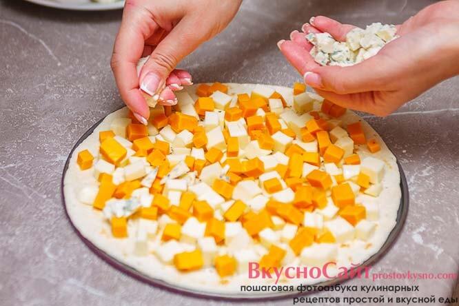 равномерно распределяю по пицце сыр с голубой плесенью