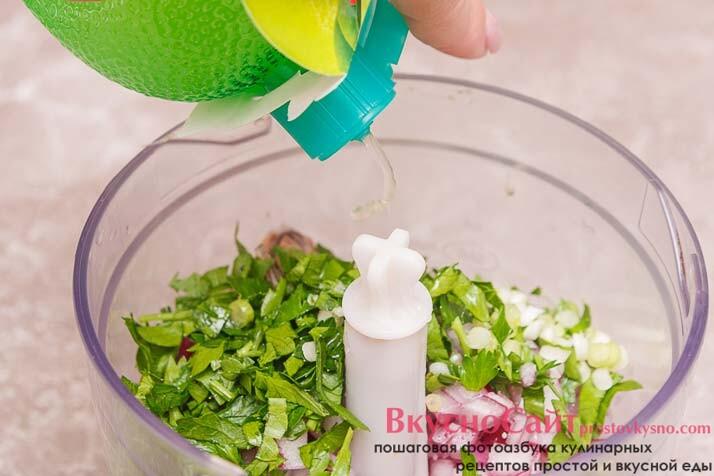отправляю всю зелень в чашу комбайна и добавляю сок лайма