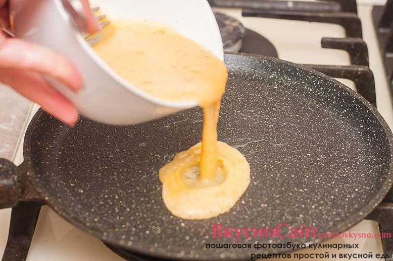 на блинной сковороде жарю тонкие блины из взбитых яиц