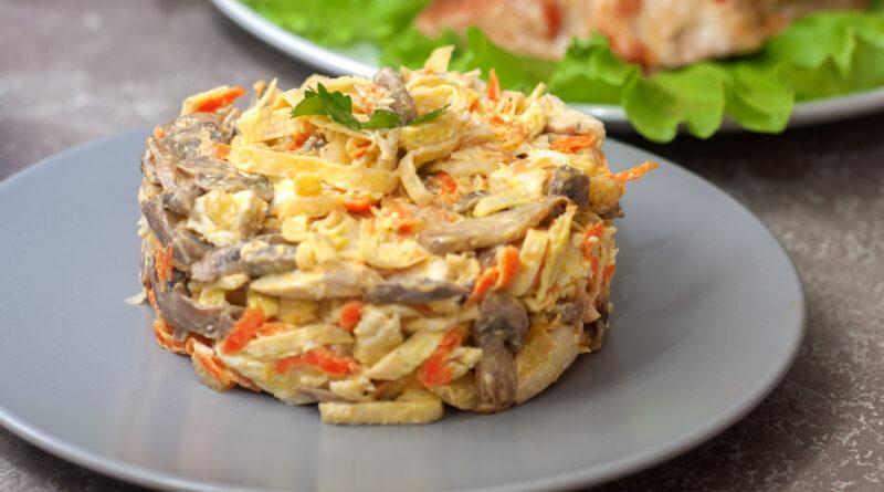 Салат с курицей, грибами и яичными блинами