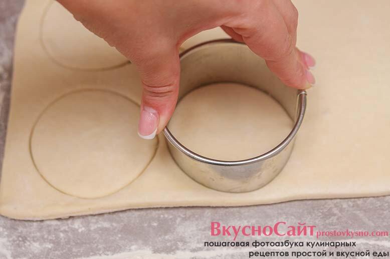 при помощи формировочного кольца выдавливаю нужное количество кружков
