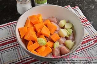 луковицу нарезаю небольшими кусочками и отправляю в миску к мясу и тыкве