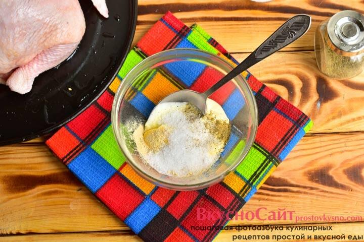 соединяю майонез, соль, сушеный чеснок и перец черный молотый